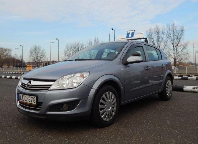 Opel Astra oktató autó